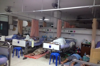 Любопытные наблюдения в госпитале. Родственники, приводящие к больному, чаще тут и спят. Норма)