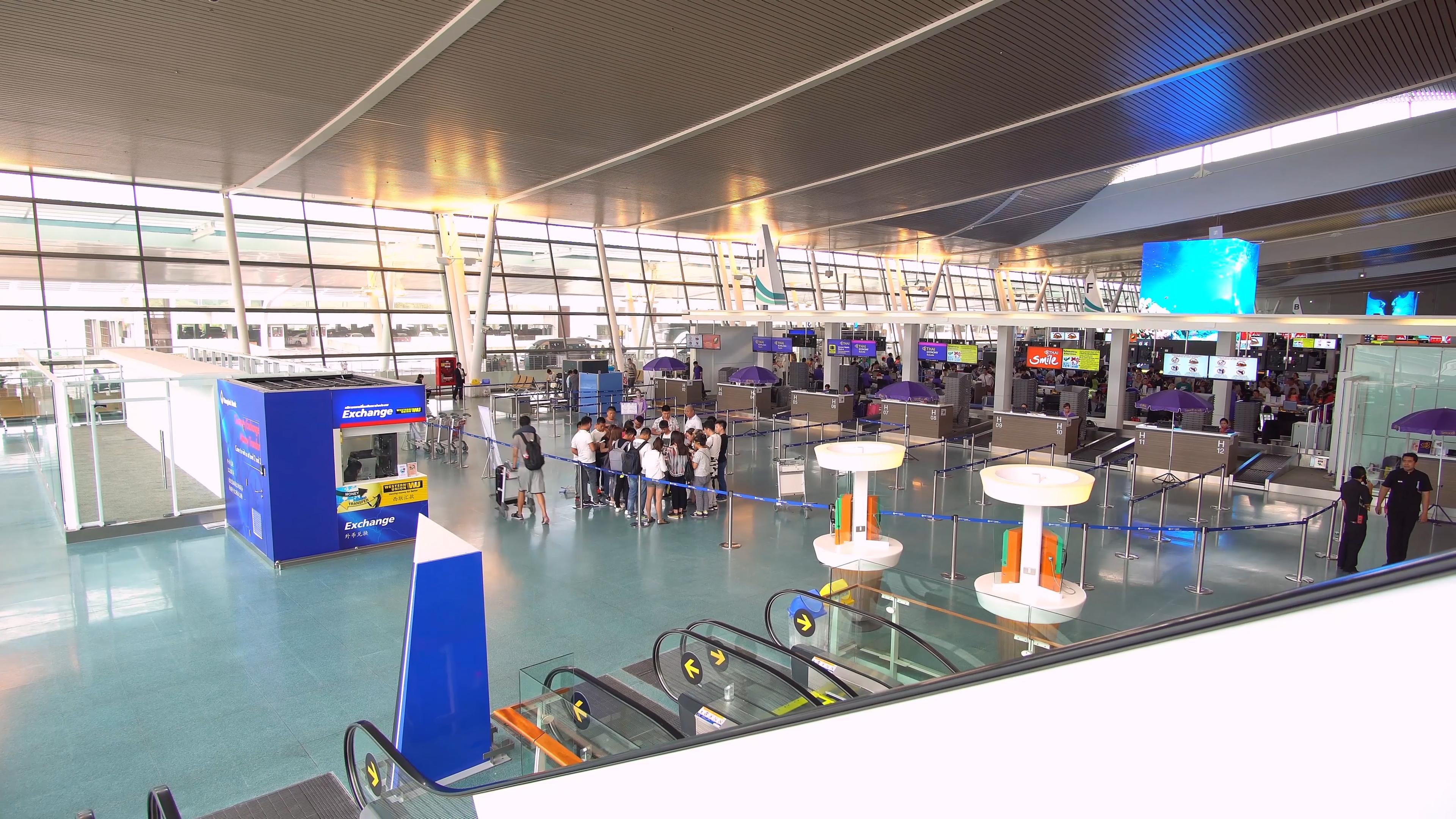 В аэропорту Пхукета проверяют всех входящих в терминалы