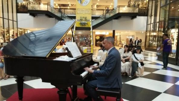 Российский пианист играл девять часов без пауз в честь короля Таиланда