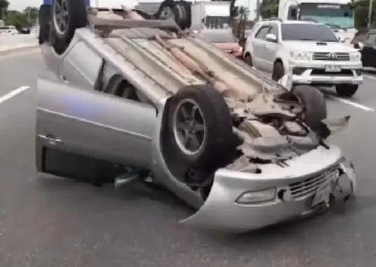 В Чонбури перевернулся автомобиль из-за взорвавшейся покрышки