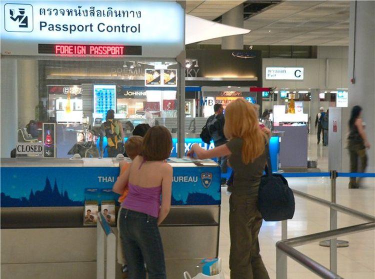В аэропорту Пхукета больше не принимают «чаевые» на паспортном контроле