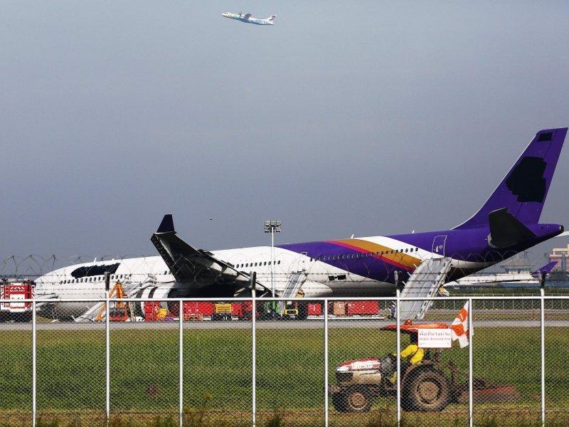 В Бангкоке лайнер Thai Airways оказался на пределами взлетной полосы