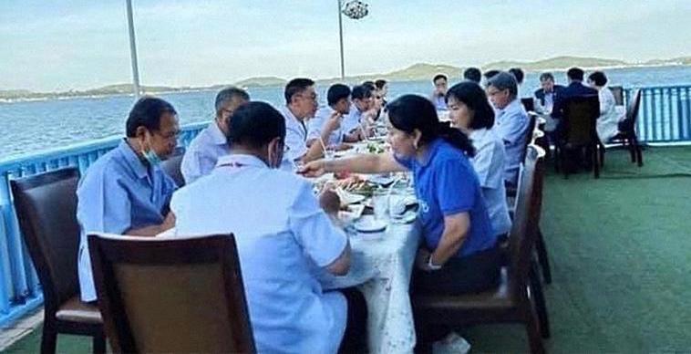 Фотографии министра здравоохранения Таиланда вызвали возмущение в социальных сетях