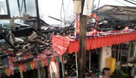 В районе Baan Don Community Market сгорели пять стоявших вплотную друг к другу зданий