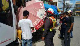 Оставленный без присмотра автобус прокатился 80 м по дороге, после чего зацепил грузовик и мотоцикл, а затем врезался в здание магазина
