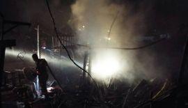 Фоторепортаж: Крупный пожар произошел на Soi Imsaran в тамбоне Тхепкрасаттри после полуночи 5 августа. В ходе пожара никто не пострадал, хотя некоторым местным жителям понадобилась помощь из-за обильного дыма