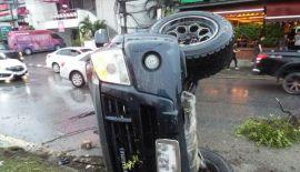Тинейджер на пикапе протаранил четыре машины на главном шоссе Пхукета. Киттитхат Йэмйинг потерял контроль над пикапом на мокрой дороге, в результате чего транспортное средство вылетело на полосу встречного движения