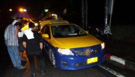На Пхукете произошла авария с участием пикапа и такси с туристами.  Водитель пхукетского такси и его пассажиры избежали травм после того, как их автомобиль врезался в фонарный столб, сбитый потерявшим управлением пикапом