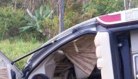 Минивэн с туристами перевернулся по пути на Пхукет из Пханг-Нга. Авария произошла около 7:00 утра на трассе Phet Kasem Rd. в тамбоне Лам-Кэн провинции Пханг-Нга (несколько южнее Кхао-Лака).