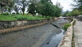 Губернатор Пхукета Норрапхат Плодтхонг отдал распоряжение выяснить причину потемнения воды в канале, впадающем в море на пляже Карон, и принять необходимые меры
