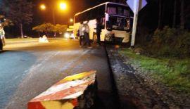 Пикап столкнулся с автобусом на главном шоссе Пхукета. Полиция готовится предъявить обвинения гражданке Таиланда, находившейся за рулем пикапа, который столкнулся с автобусом на Thepkrasattri Rd. ночью 6 мая