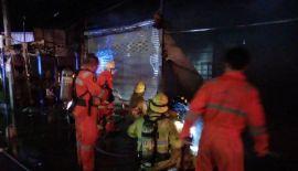 Более десяти пожарных расчетов были вызваны для тушения пожара, произошедшего на рынке в восточной части Пхукет-Тауна вечером 27 мая