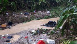 Припаркованную машину унесло оползнем в канал. В результате оползня в Камале пострадали 14 жилых помещений, 10 мотоциклов и такси Toyota Fortuner.