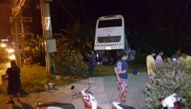 Автобус с туристами вылетел с дороги на перевале Чалонг-Ката , в момент происшествия в салоне автобуса находились 33 туриста из Китая, однако никто из них в ходе инцидента не пострадал
