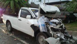 Пикап врезался в грузовик со льдом на главном шоссе Пхукета. Водитель пикапа Аркхо Накхачон был госпитализирован, после того как предположительно уснул за рулем и врезался в остановившийся у обочины грузовик со льдом