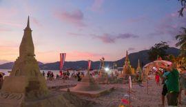 В Патонге подвели итоги конкурса песчаных пагод, приуроченного к Сонгкрану. Конкурс прошел 11 апреля. Лучшей работой была признана пагода, построенная командой школы Phuket Wittayalai School.