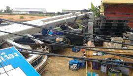 Свыше десятка столбов линии электропередач были повержены тропическим штормом в первой половине дня 17 апреля в Бангкоке в районе Лат Крабанг