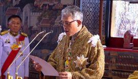 4 мая в королевской процессии Его Величество посетил храм Изумрудного Будды, чтобы провозгласить себя покровителем буддизма. Группа из 80 монахов во главе с Верховным Патриархом провела Церемонию благословения короля